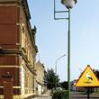 Bociani znak drogowy przy budynku Urzędu Gminy w Słońsku, aby ostrzegać przechodniów przed grożącym \'bombardowaniem\'. (foto P. Szymoński)